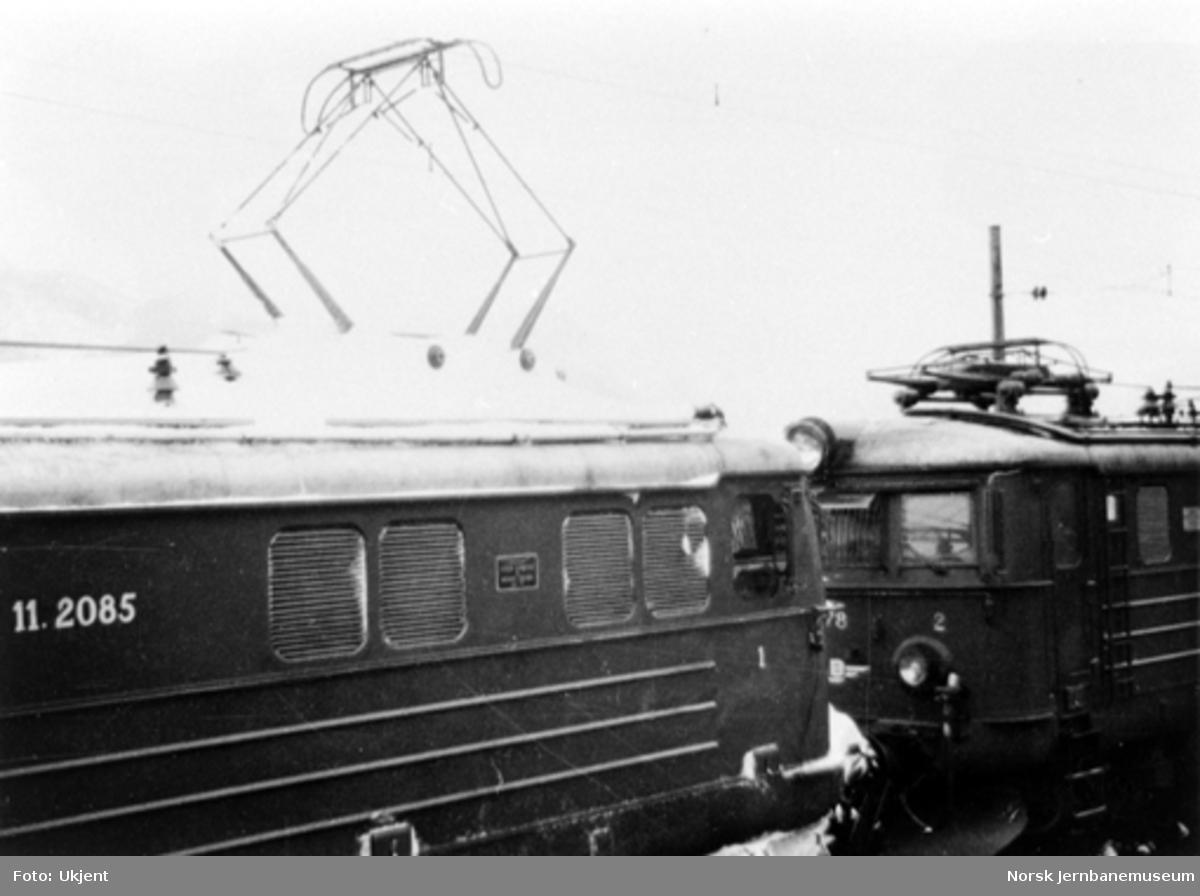 To sammenkoblede elektriske lokomotiver type El 11, nr. 2085 og 2078, trolig på Bergensbanen, vinterstid