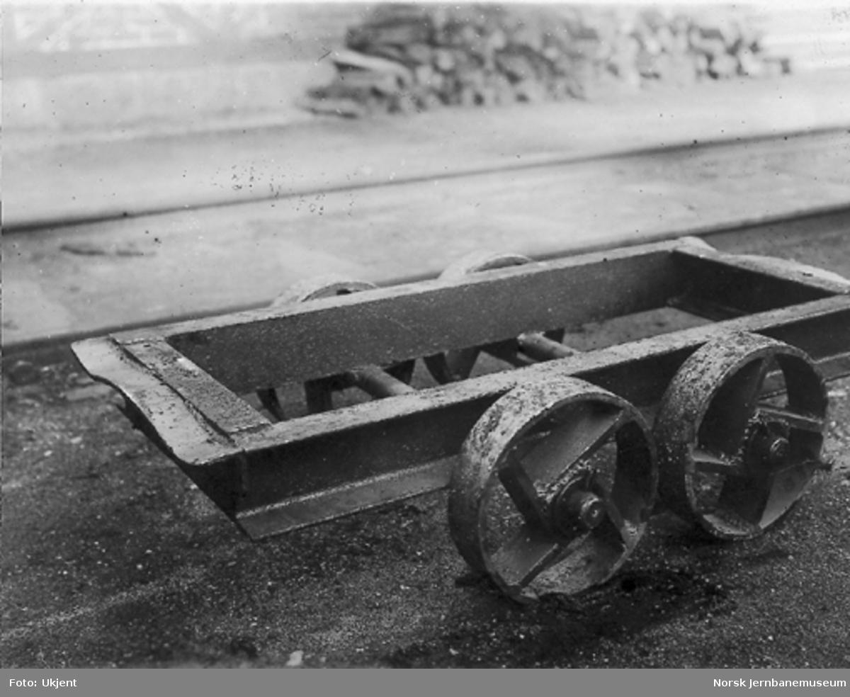 Toakslet tralle med kort hjulstand og stålhjul uten flenser