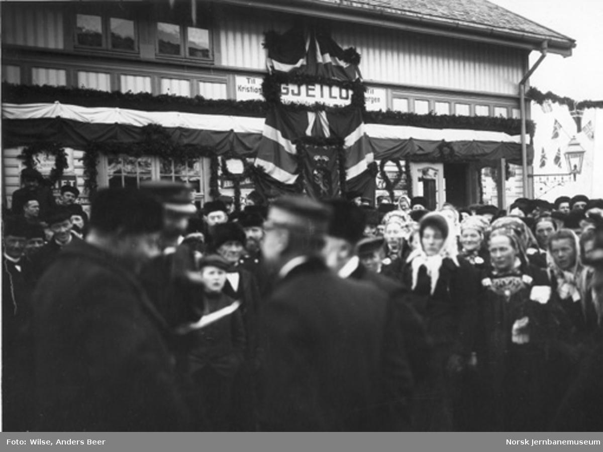 Folkemengden på en pyntet Geilo stasjon ved Bergensbanens åpning