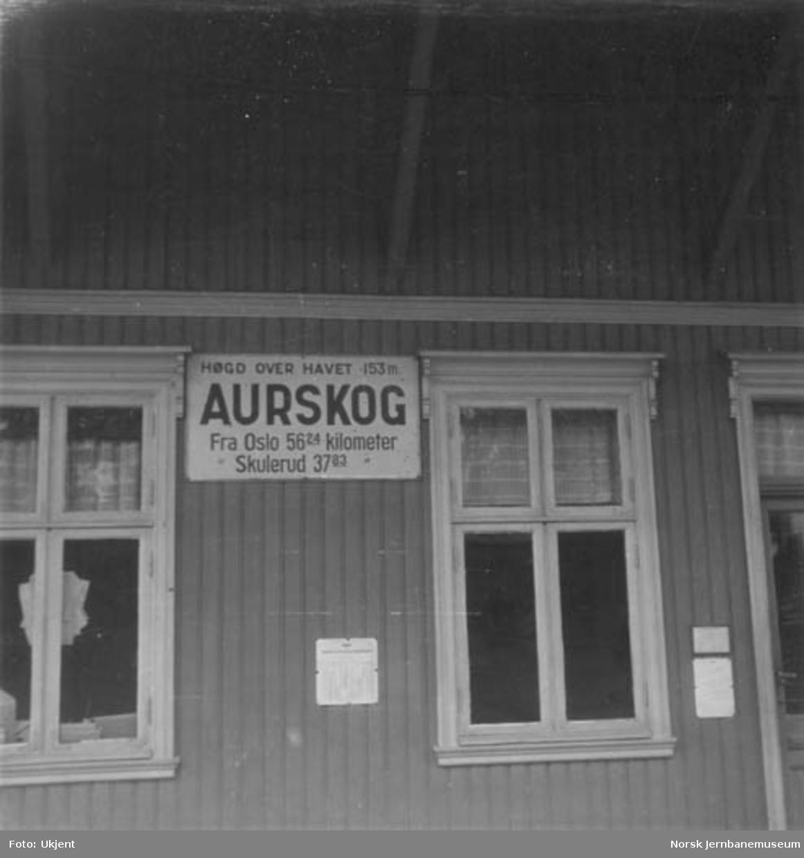 Aurskog stasjonsbygning, stasjonsskiltet