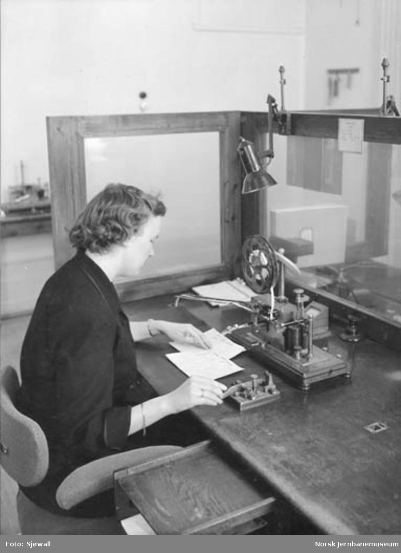 Telegrafist ved telegrafbord