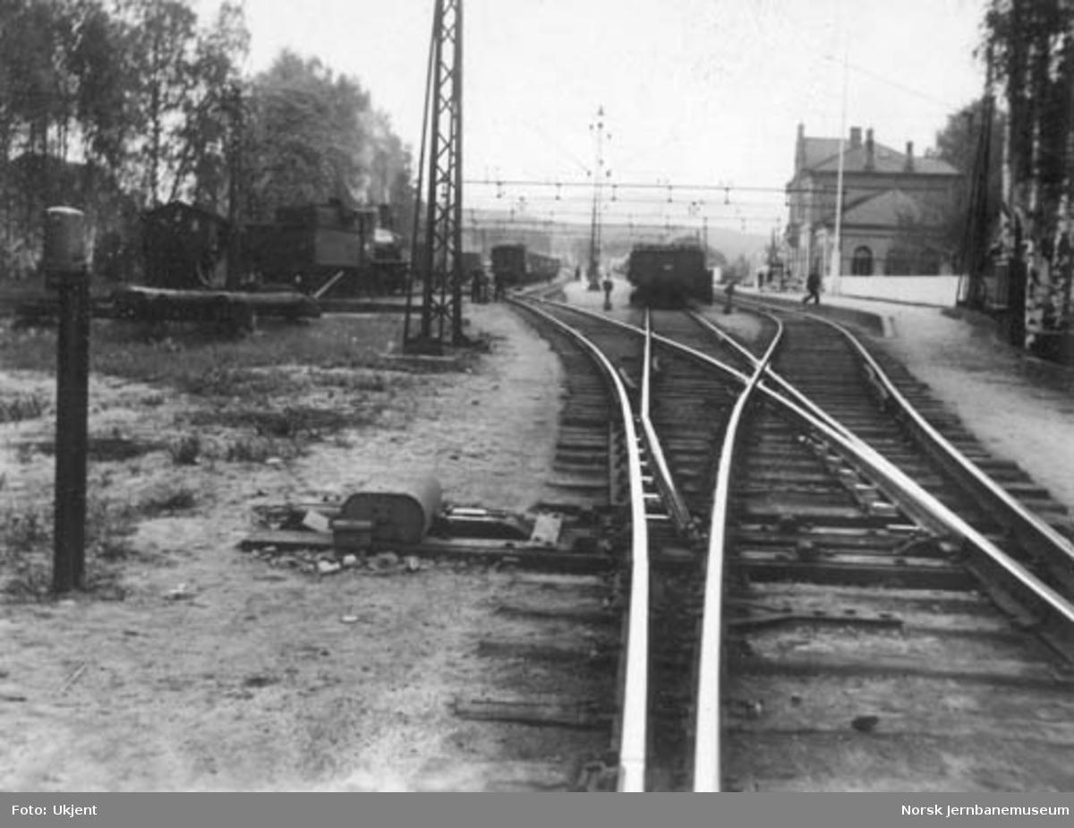 Hokksund stasjon med motordrevet sporveksel i forgrunnen