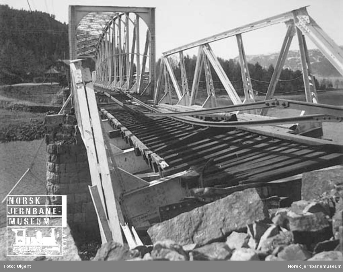 Bru over Sireåa skadet etter krigsoperasjonene i april 1940