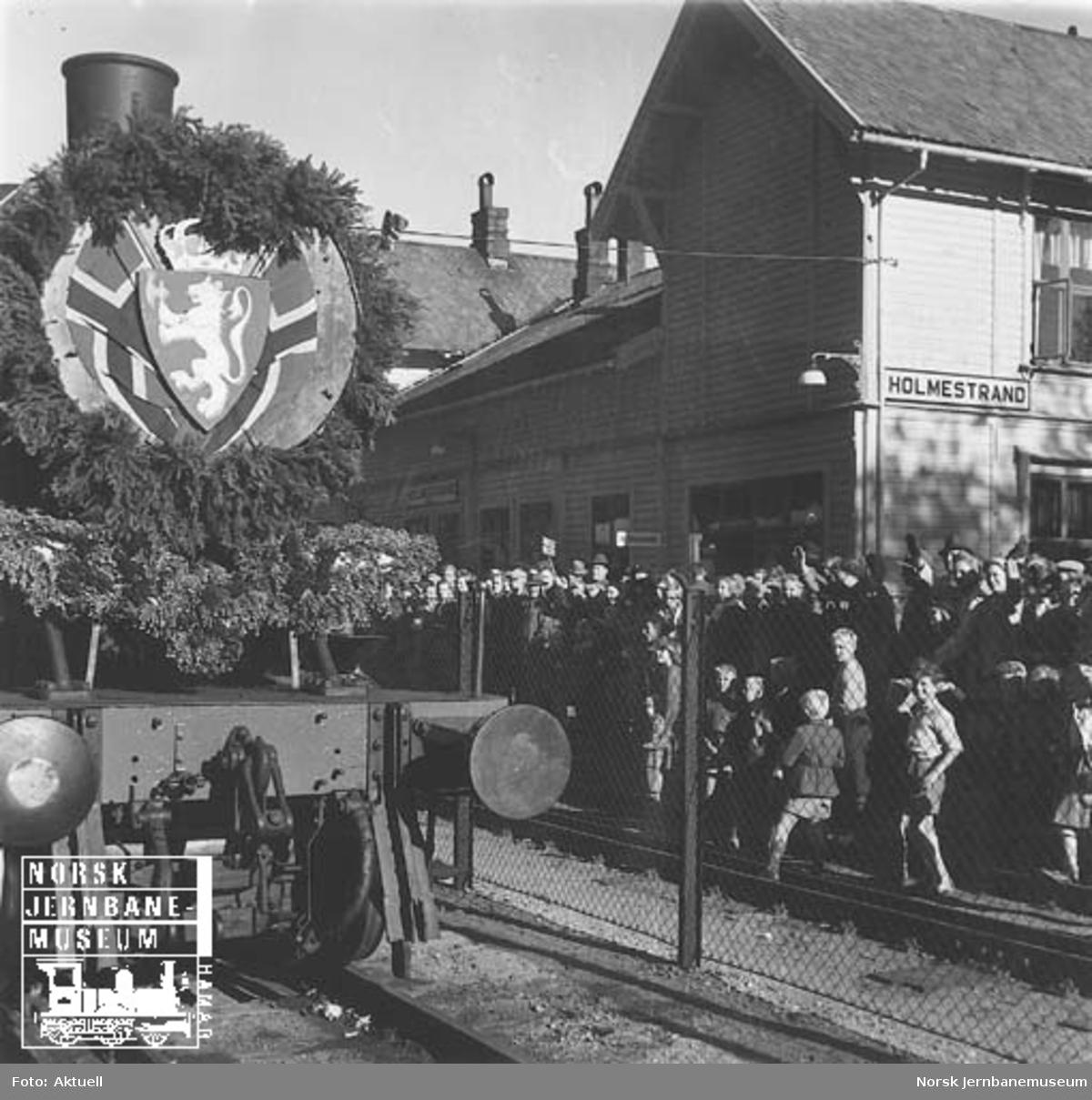 Vestfoldbanens åpningstog på normalspor på Holmestrand stasjon