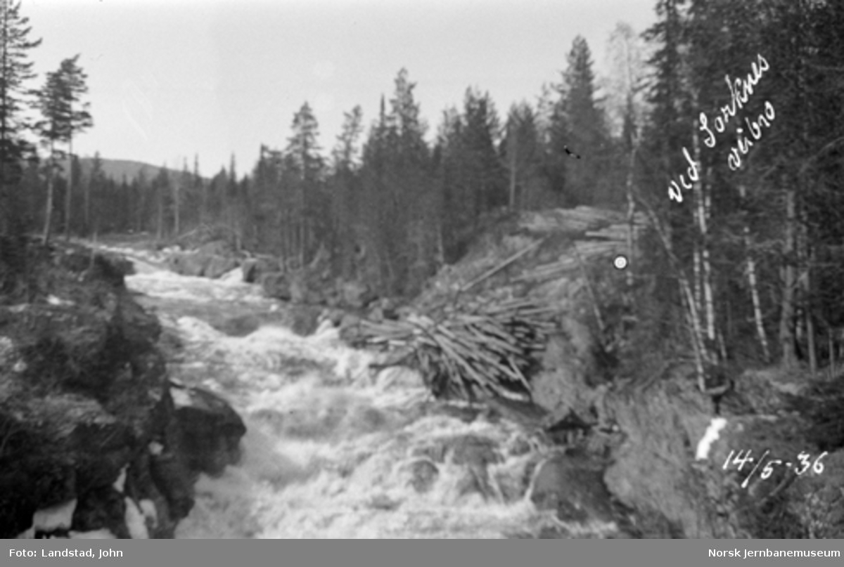 Tømmerfløting i Hovda elv ved Sorknes vegbru