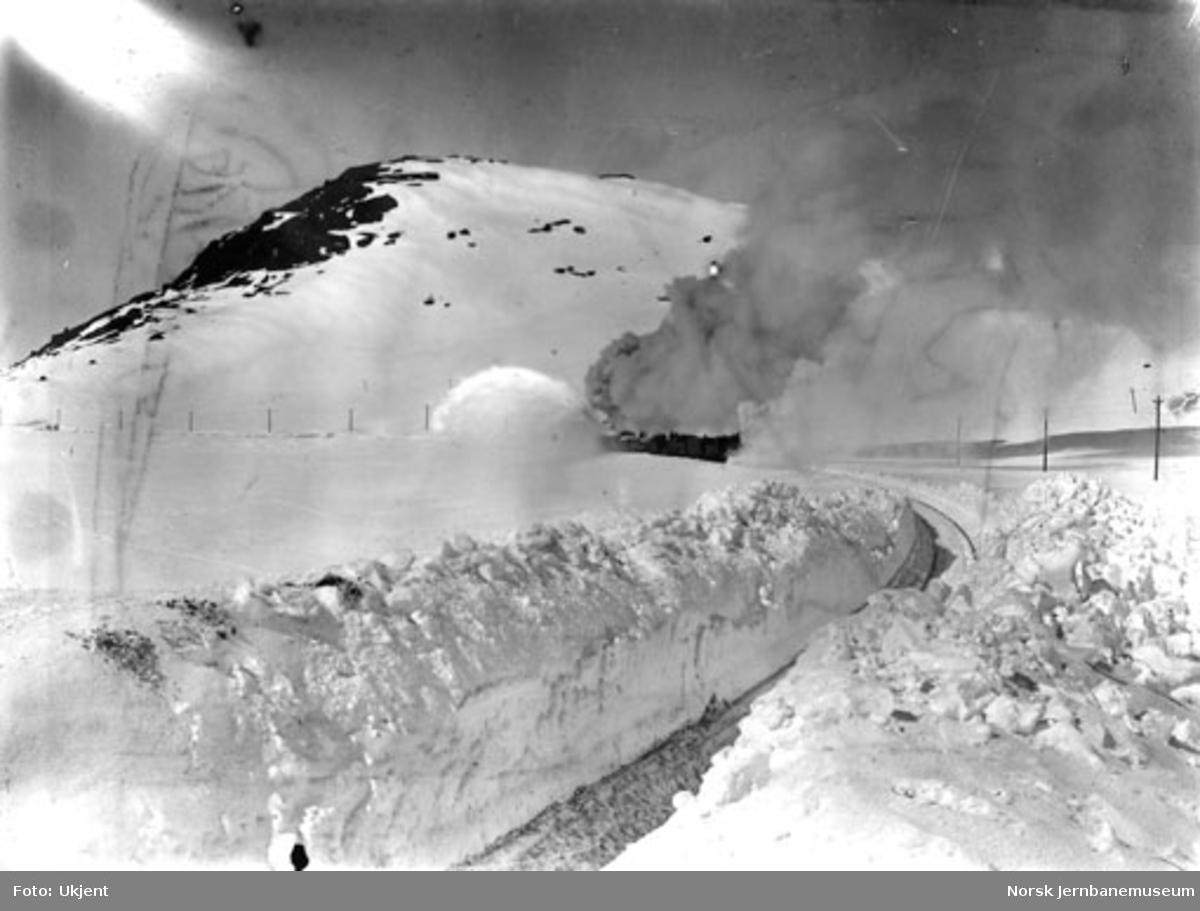 Roterende snøplog, trolig under brøytingen av banen våren 1908