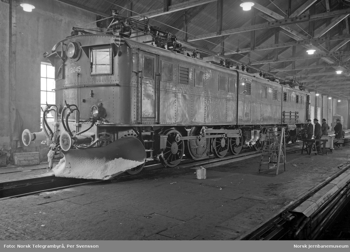 Ofotbanen : elektrisk lokomotiv El 4 nr. 2045 i lokomotivstallen etter endt tur