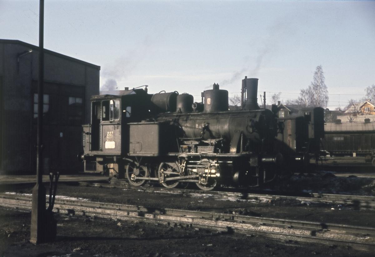 Damplokomotiv (skiftelokomotiv) type 25a nr 227 ved lokstallen på Hamar