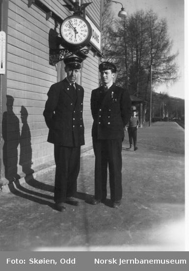 Telegrafist Einar Lundby og trafikkelev Odd Skøien på Koppang stasjon