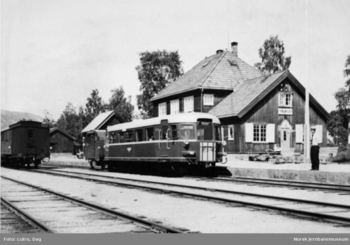 Motorvogn type 87 nr. 78 med godstilhenger på Treungen stasjon