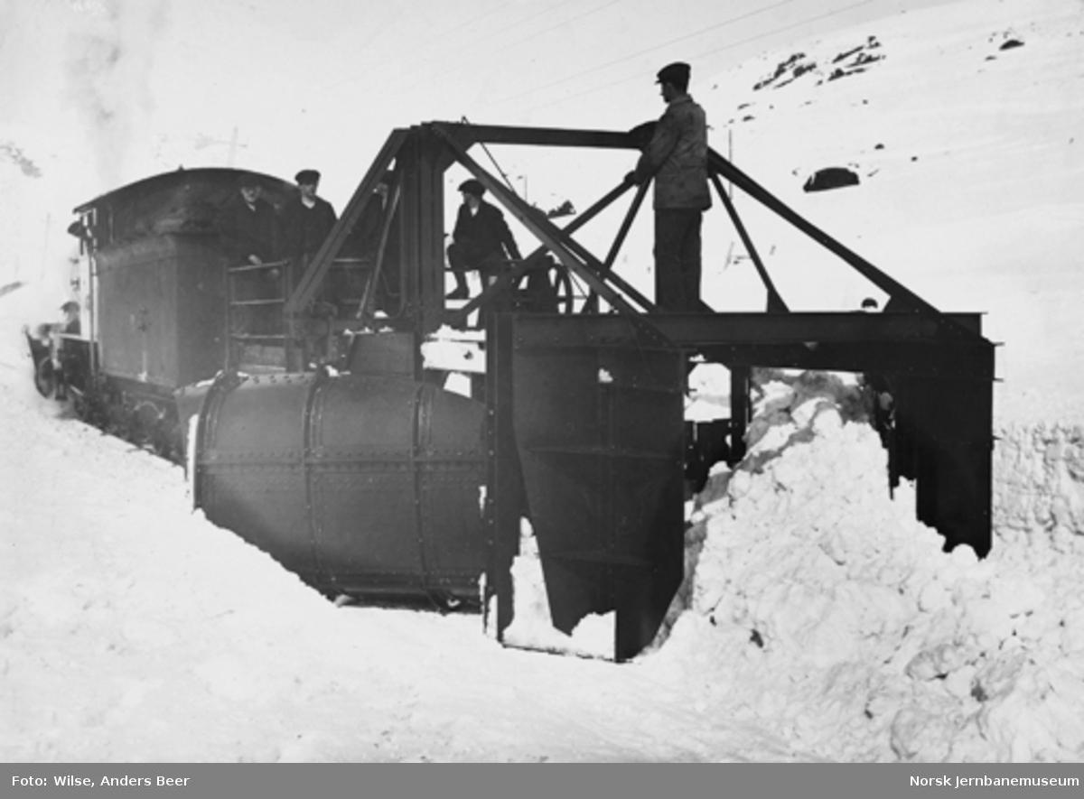 Snøskrape i bruk på Finse