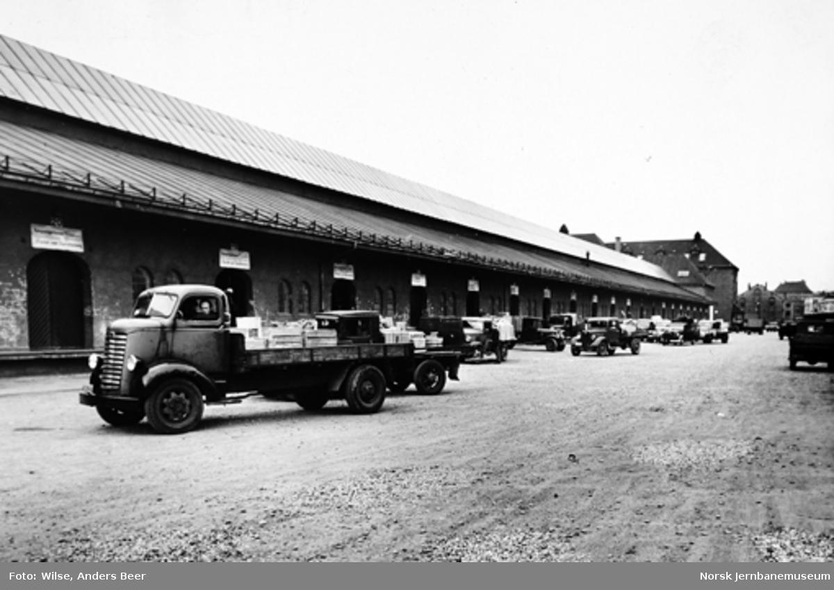 Lastebiler ved godsekspedisjonen på Oslo Østbanestasjon