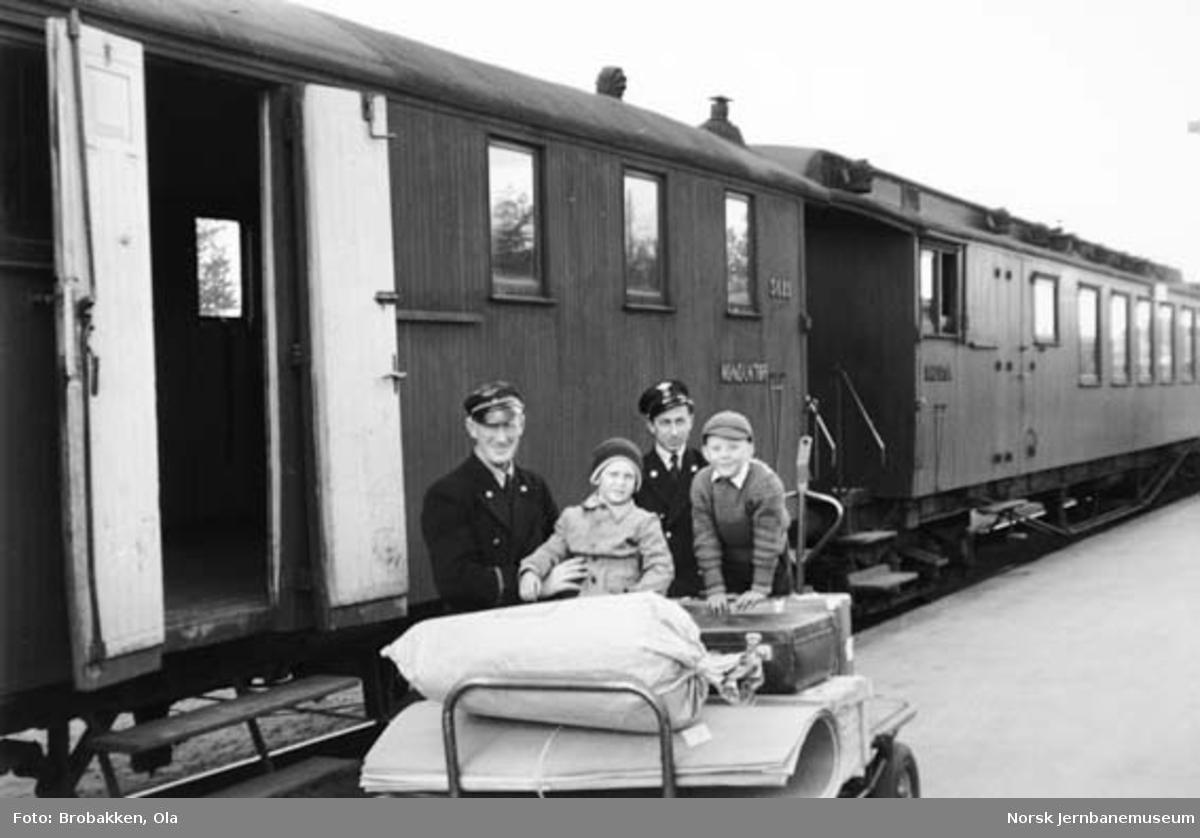 """Personale fra Elverum stasjon med godstralle foran tog 374 """"Renabåten"""""""