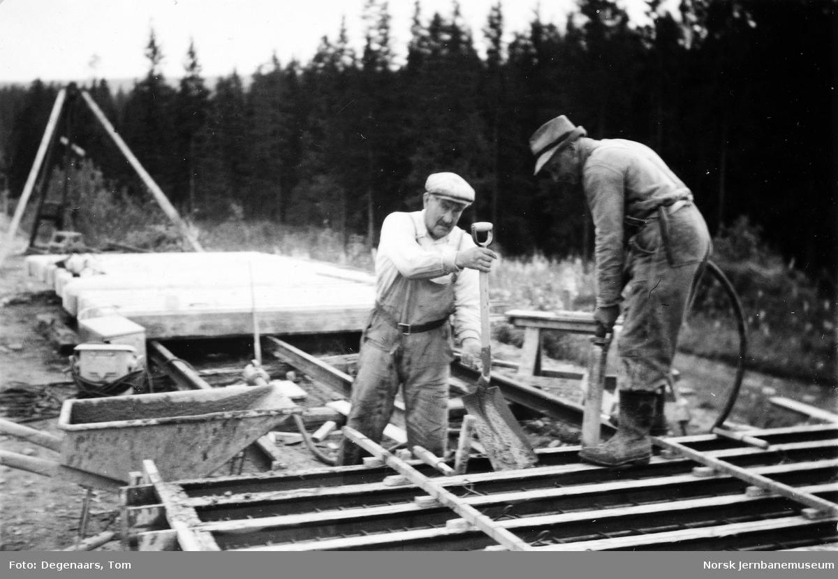 Bru over Tverråga : støping av betongpeler