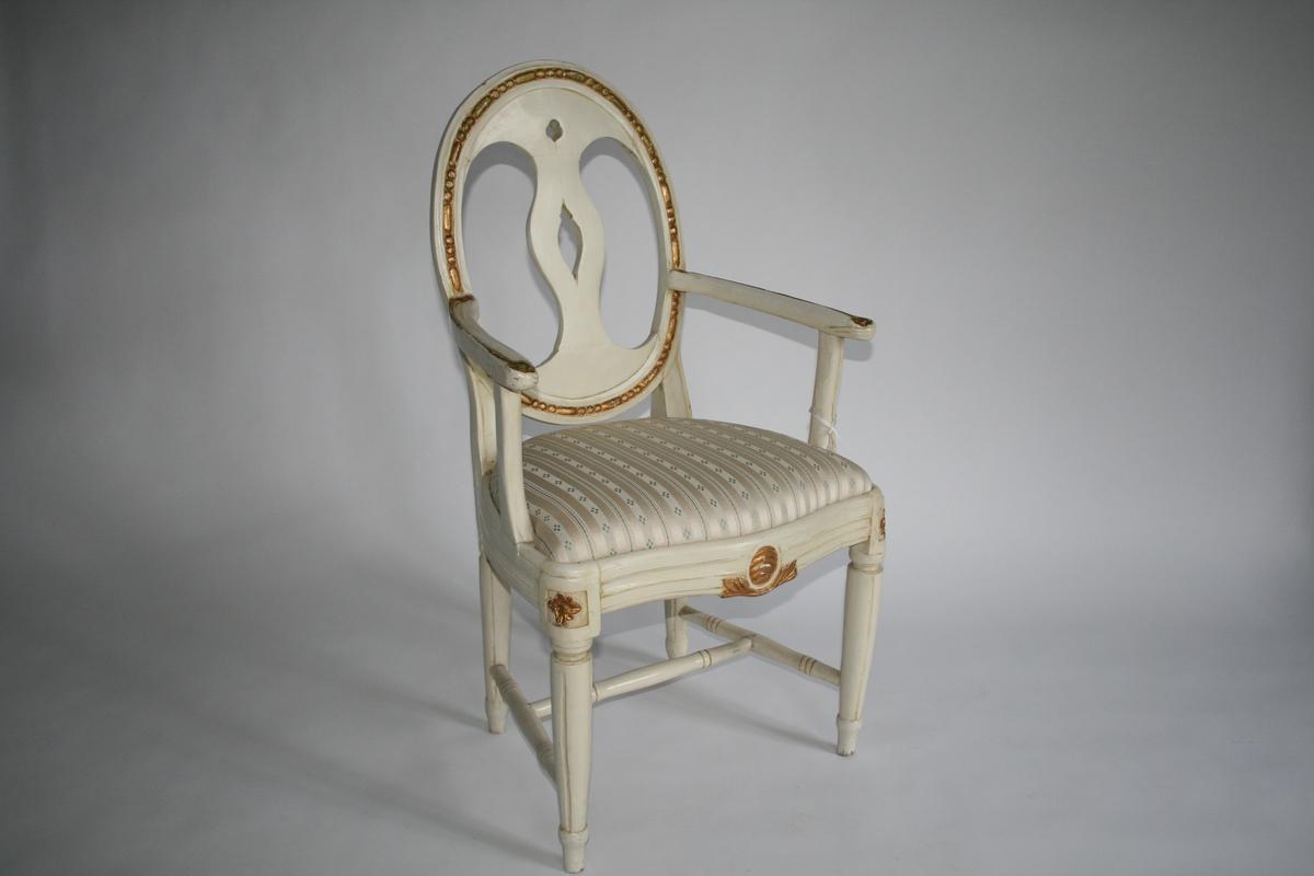 Armstol, hvitmalt med forgylt dekor, oval rygg. Louis Seize-stil. En av 6 stoler.