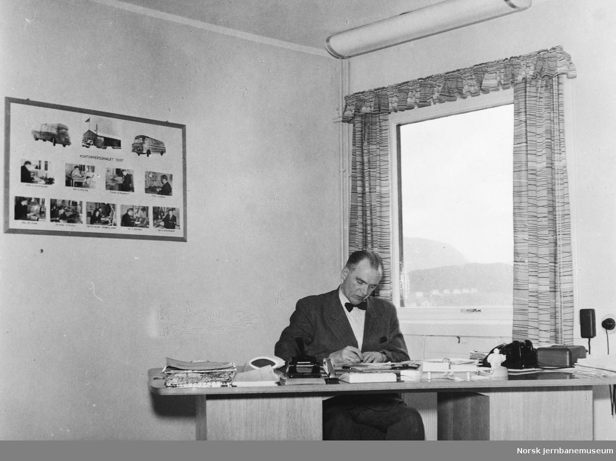 NSB Ålesundrutens driftsbestyrer Birger M. Lund ved sitt skrivebord