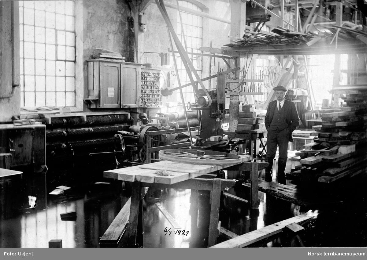 Flommen i 1927 : NSBs verksted Hamar med vann på¨gulvene i snekkerverkstedet