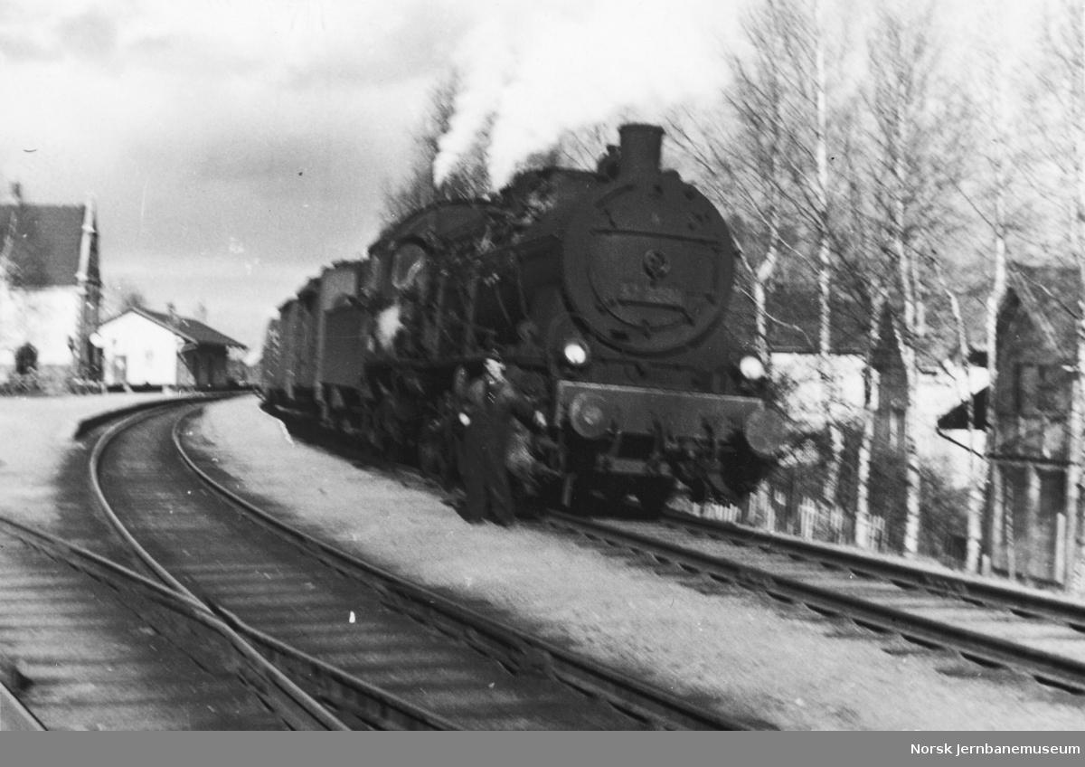 Damplokomotiv type 61a nr. 2394 med godstog på Sørumsand stasjon