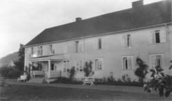 Våningshuset på Store Snekkestad Gård i Vestfold. Overbygget