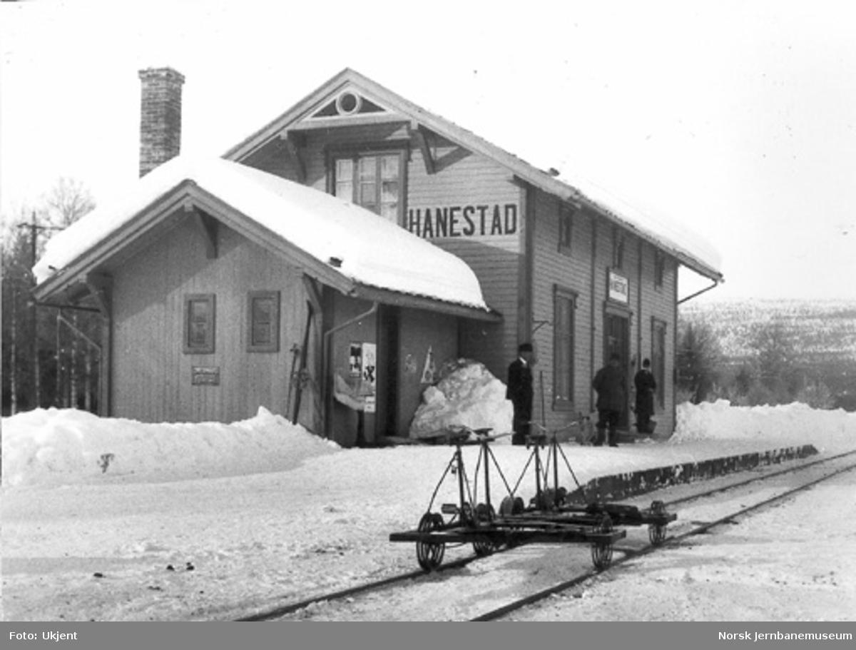 Hanestad stasjon med to dresiner på sporet foran stasjonsbygningen i minus 27 grader
