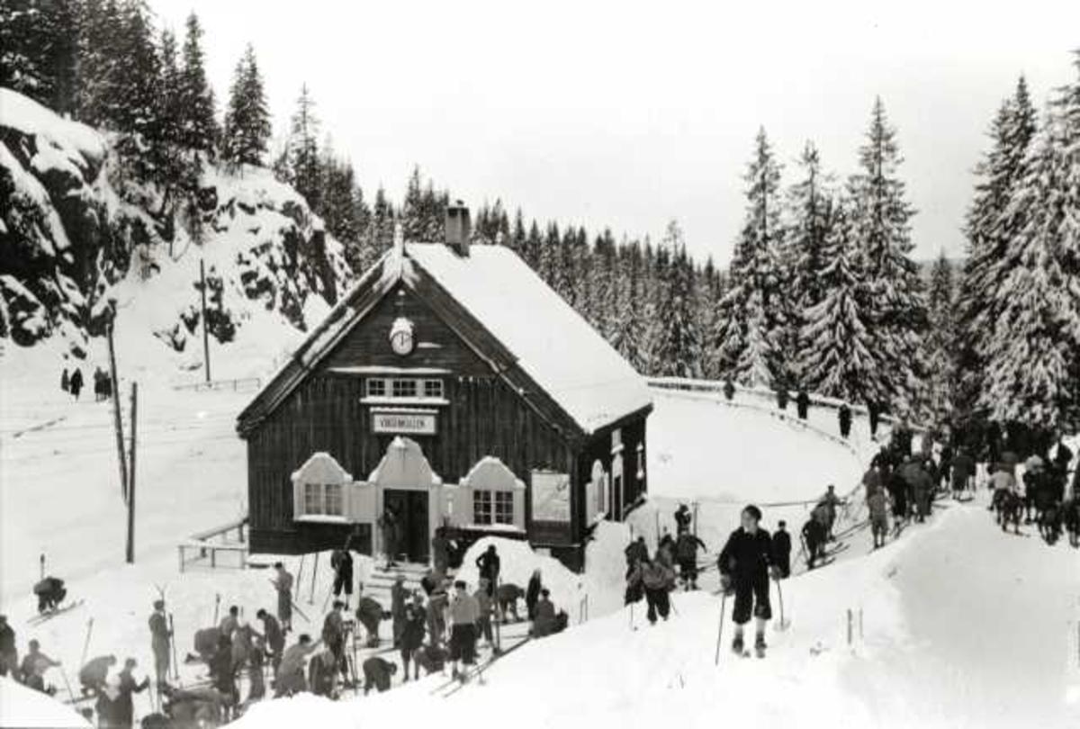 Voksenkollen stasjon, Nordmarka, Oslo. Vintermotiv. Skiløpere på stasjonen.