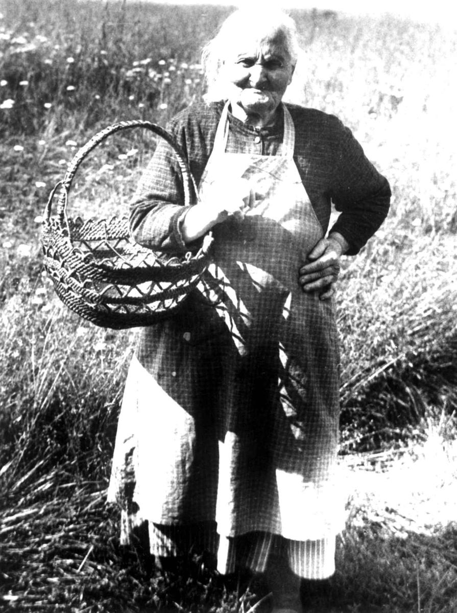 Ukjent kvinne med tegerkurv.Rørosbygdene, Røros, Sør-Trøndelag 1938.