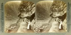 Stereoskopi. To kvinner og en pike på vei langs Nærøyfjorden