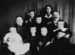 Gruppeportrett av familien Quinsgaard Wiborg, mor, far og sy