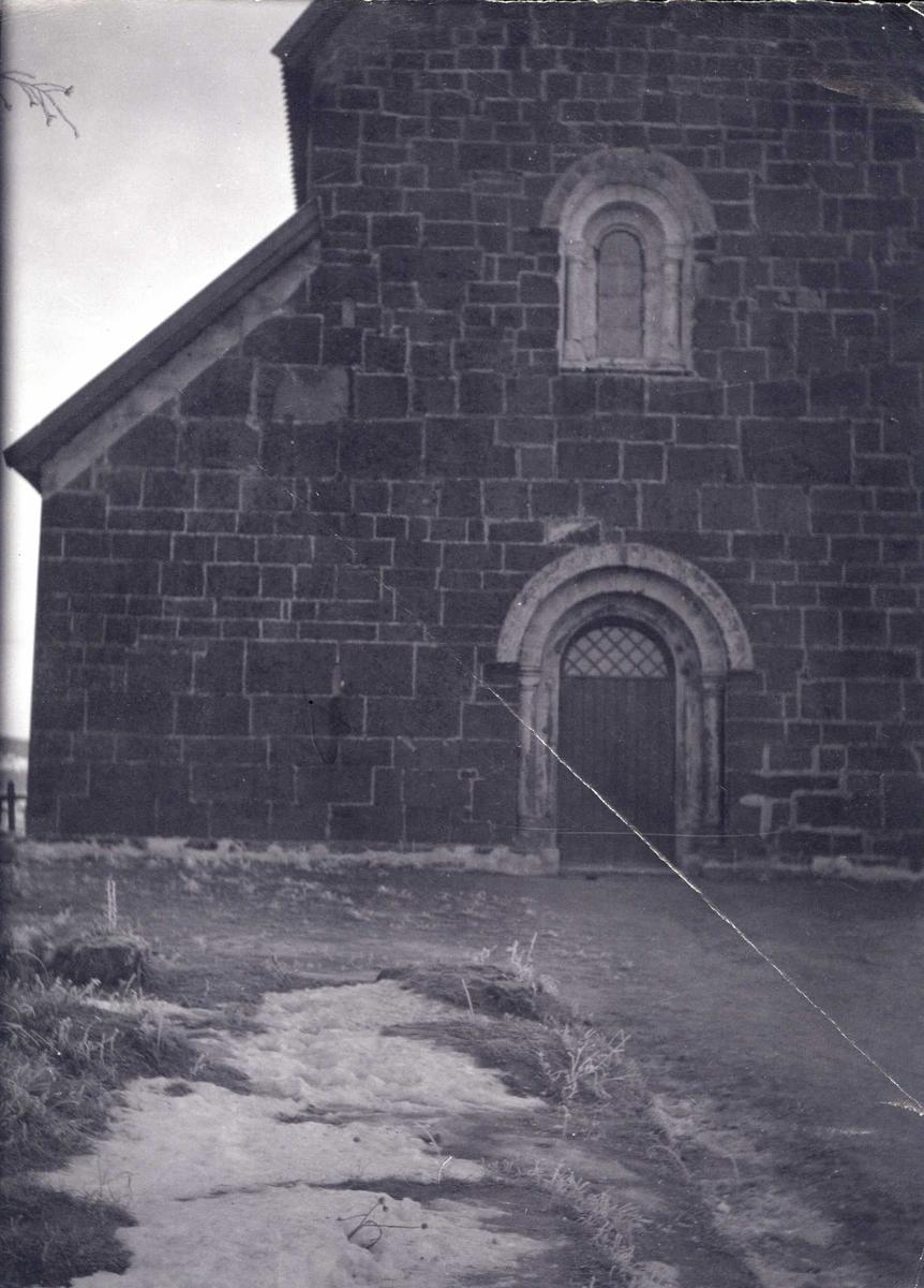 Portal og vindu i Nikolaikirken på Granavollen, Gran, Oppland.