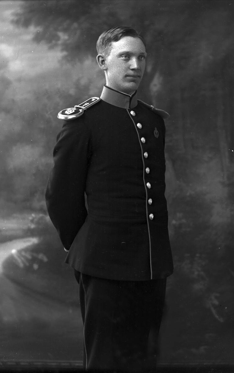Portrett, Reidar Johnsteen, født 1895, i uniform som sersjant ved Ingeniørvåpenet som reglementert fra 1910.