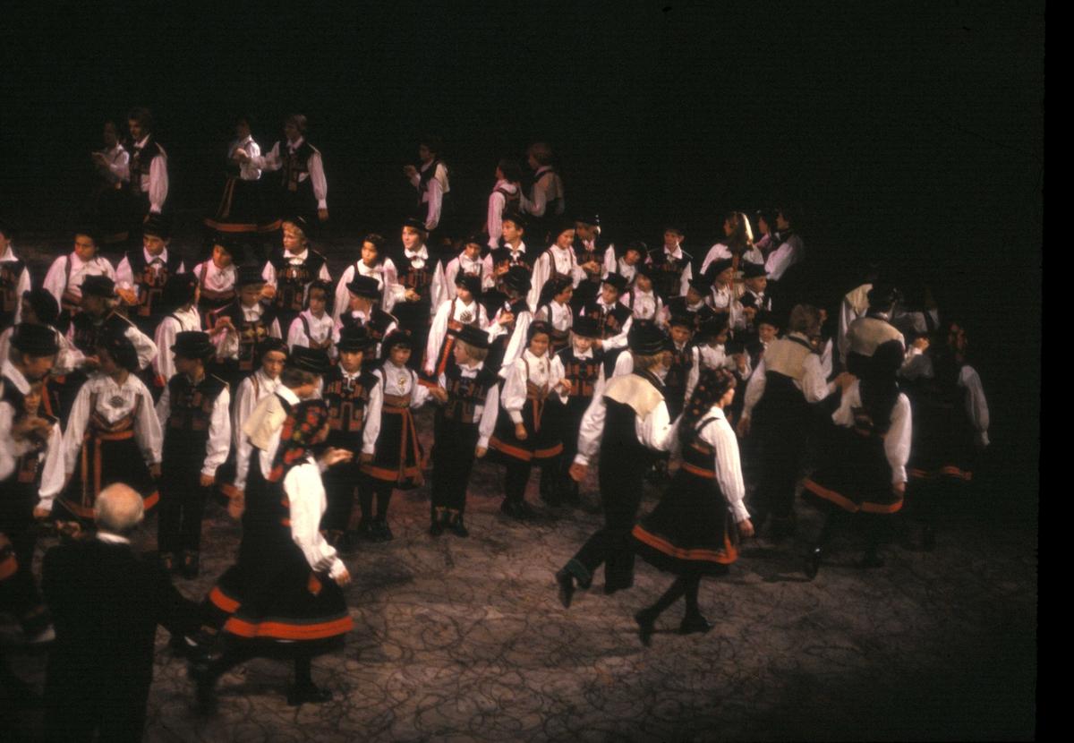 Norsk Folkemuseums dansegruppe   danser i Nasjonalteateret 7.oktober i 1980, i forbindelse med prisoverrekkelse.