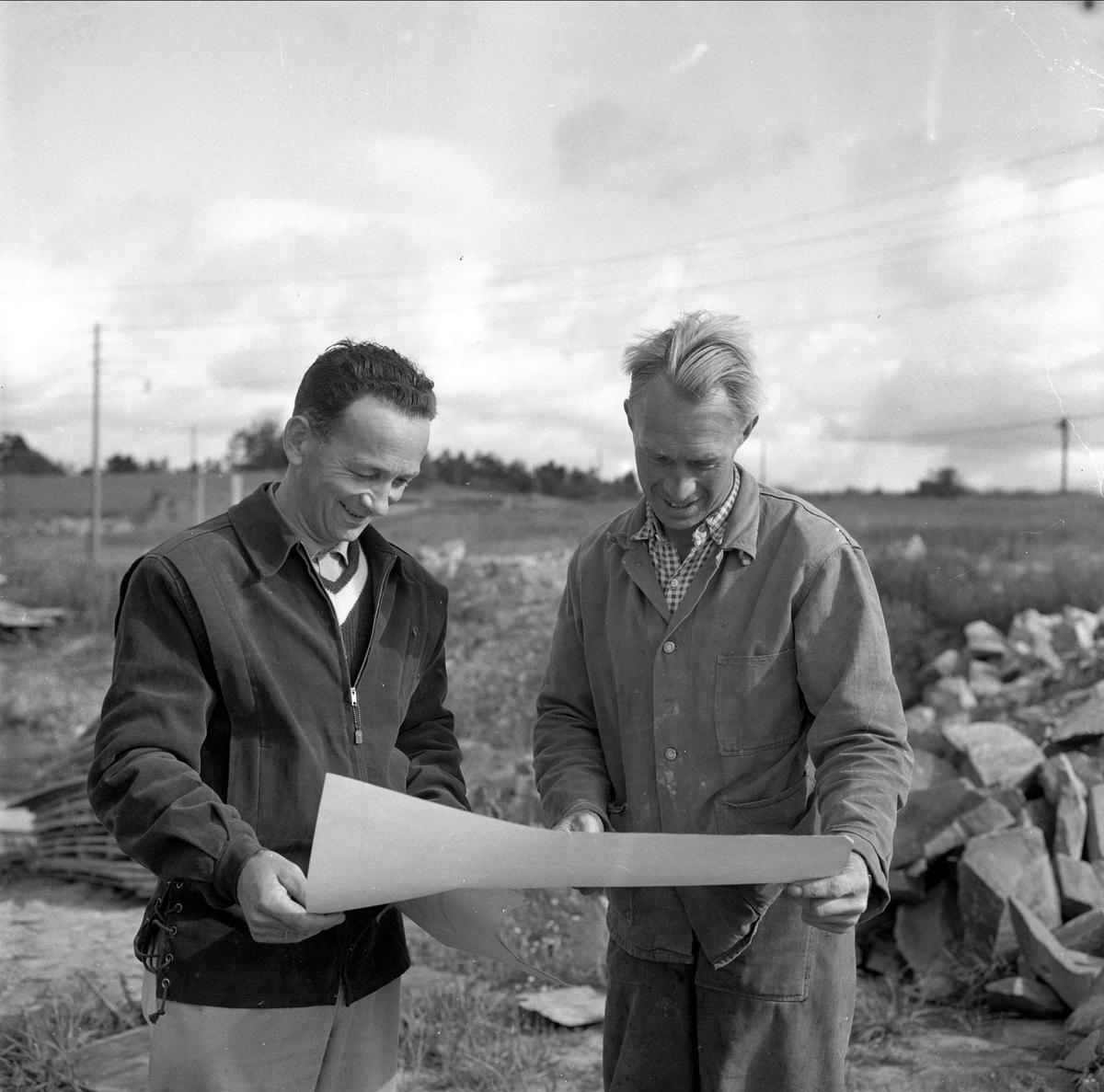 ryen oslo kart Bilverksted på Ryen, to menn i forgrunnen ser på tegning eller  ryen oslo kart