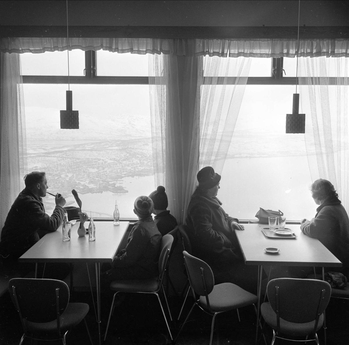 Tromsø, Troms, april 1963. Interiør fra kafe med utsikt.