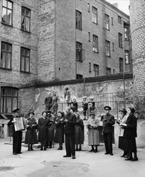 Frälsningsarmén spelar och sjunger på en bakgård i Malmö