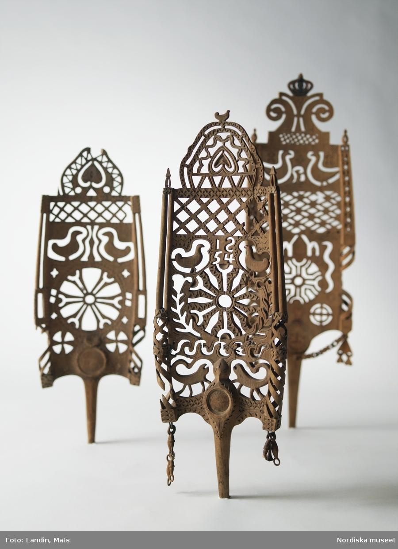 Folkkonst. Dekorativt utskurna linhäcklor. Nordiska museets föremål.