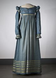 Randig klänning av mörkblått halvsiden. Omkring 1815. Nordis