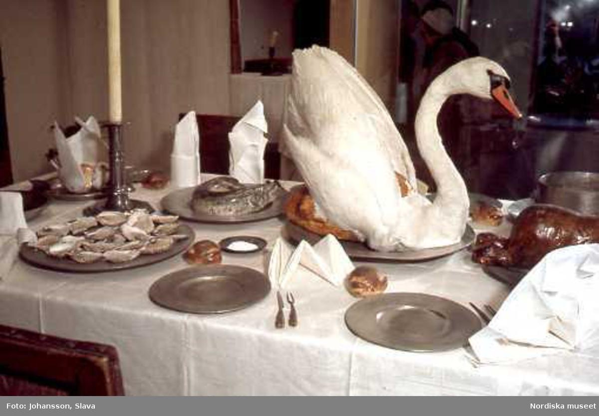 """Utställningen """"Dukade bord"""" på Nordiska museet. Bordet är från 1600-talet. Alla servetter har olika btytningar."""