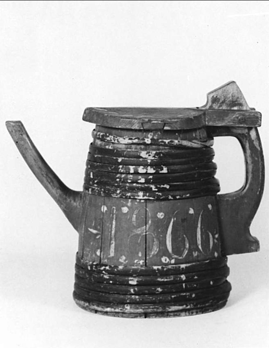 Pipkanna av trä. Röd med svartbruna band. Vit dekor och årtalet 1866.