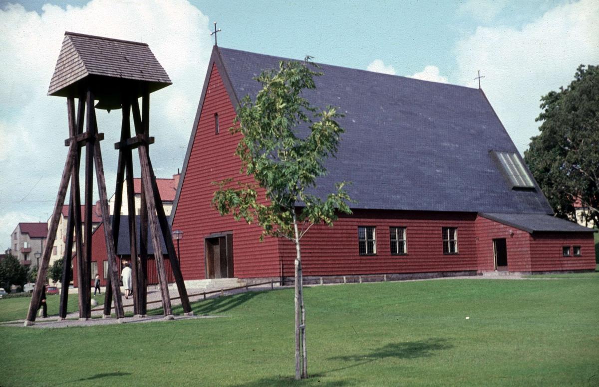 Salabackekyrkan med klockstapel i kvarteret Becktråden, stadsdelen Sala backe, Uppsala 1965