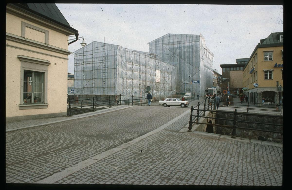 Theatrum Oeconomicum och Centralbadet inplastade, kvarteret Torget, Uppsala 1991