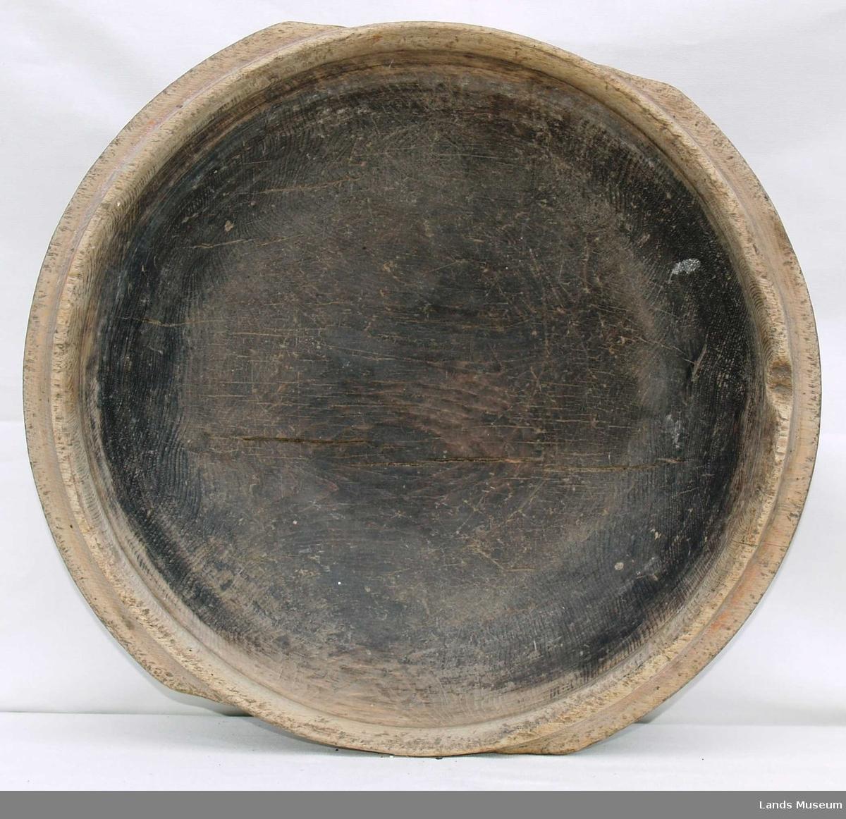 Dreid, rund skål med to håndtak.Den er lettere elipseformet og er malt på utsiden, malingen er svak.