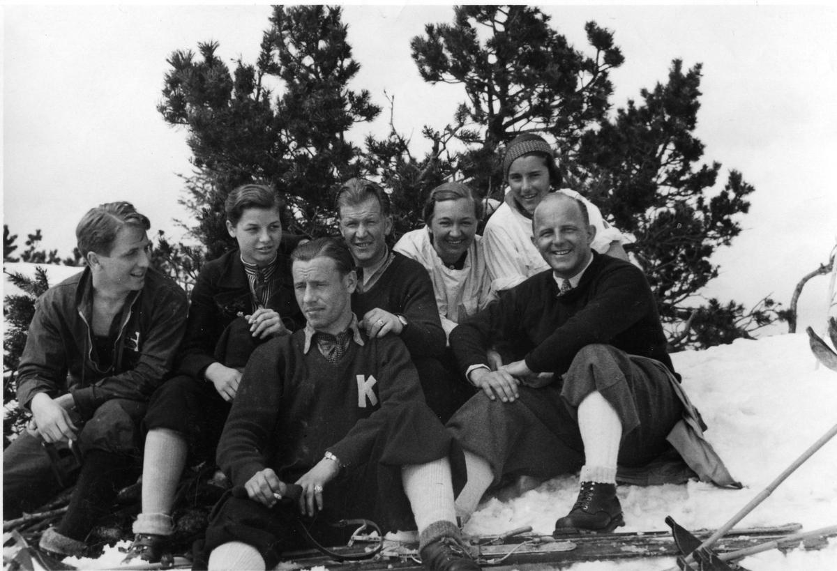 KIF-folk på skitur, Olav Ulland i forgrunnen, Birger Ruud midt i bakre rekke. KIF-people during ski trip, Olav Ulland in front.