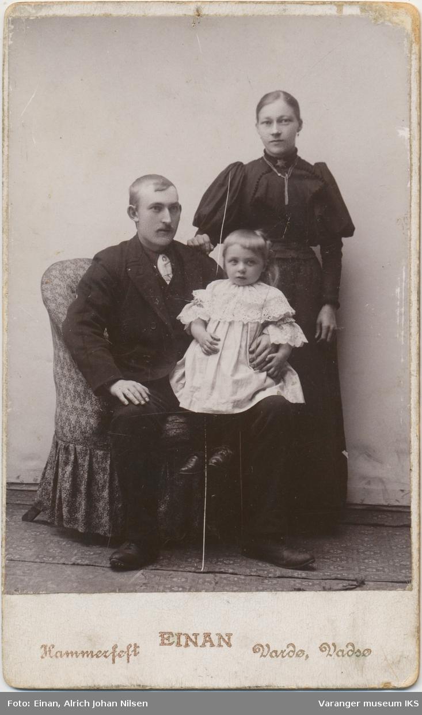 Familieportrett, Edvard, Olufine og Elna Carlsen