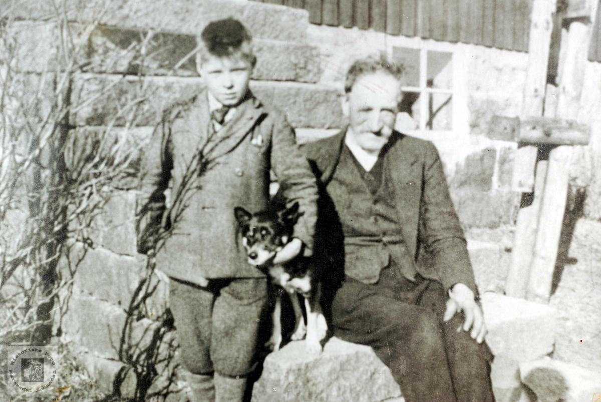 Hunden og Johan Johansen på trappa med bestefar (ferjemannen) John Sveindal. Grindheim.