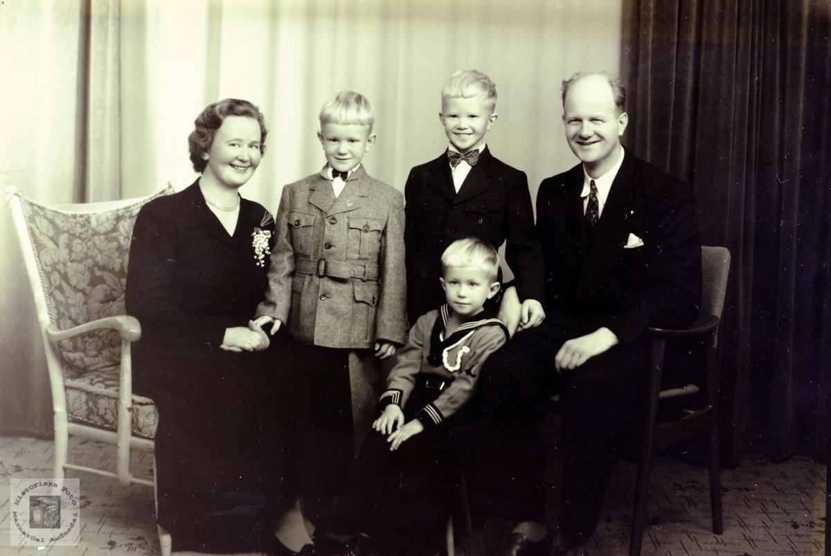 Far og mor Bransdal med tre smågutter. Grindheim.