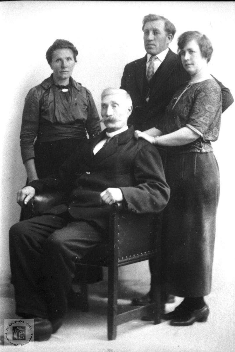 Portrett av familien Røynesdal, Bjelland.