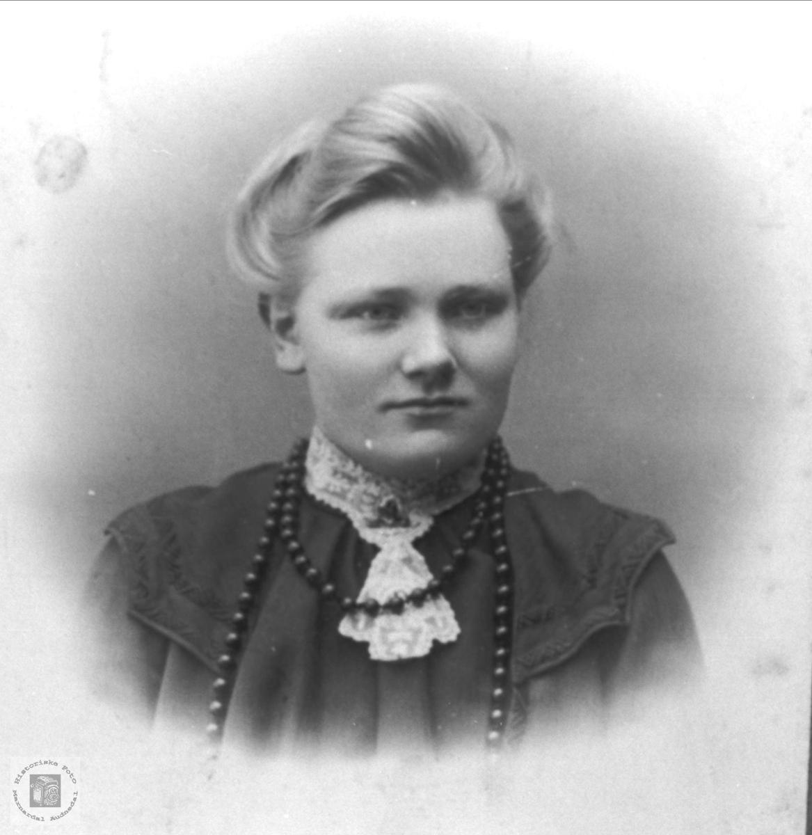 Portrett. Olaug Kvelland fra Hægeland, bosted Bjåhylen, Kleveland i Laudal.