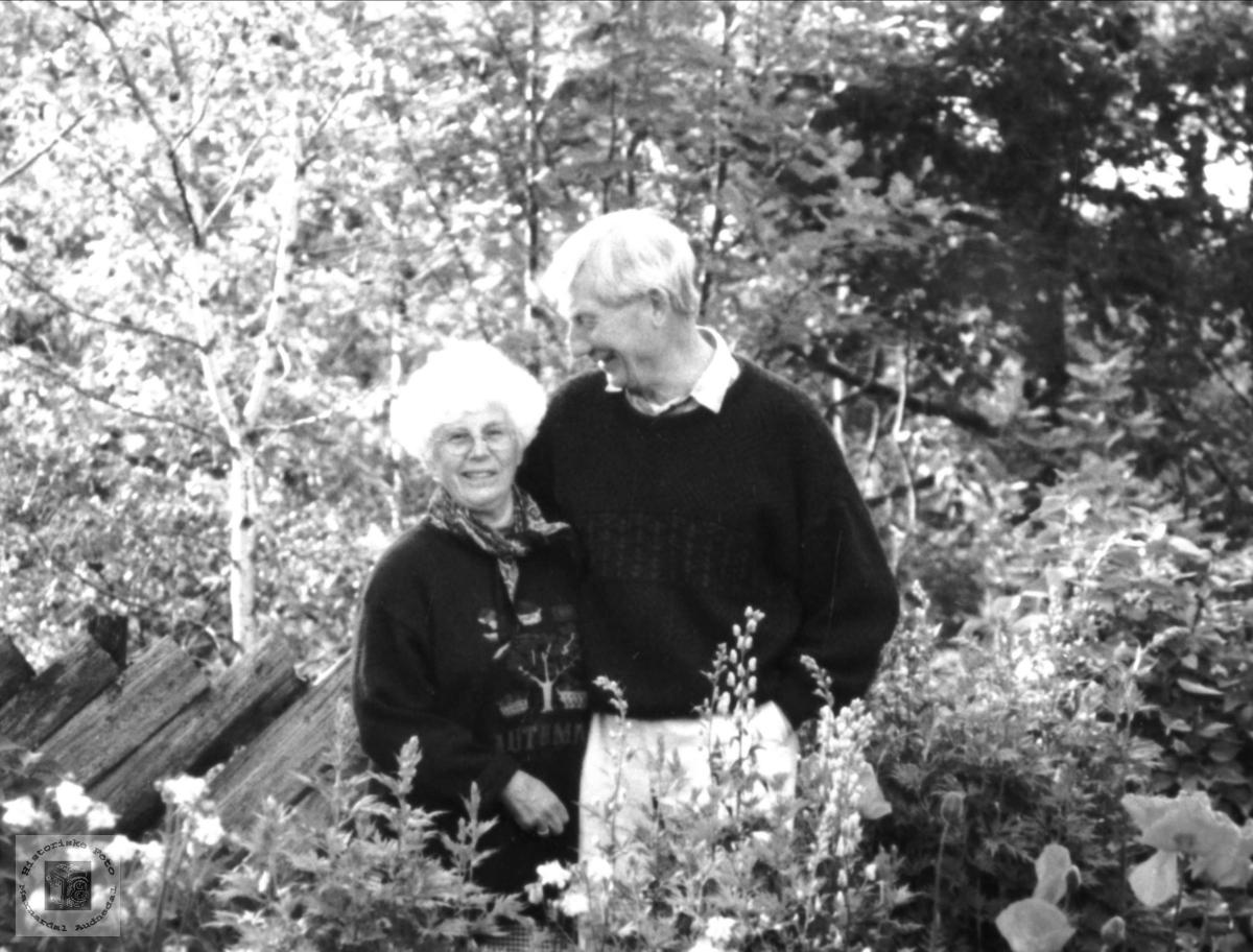 Ektepar i hagen. Torhild og Ingvald Haraldstad.