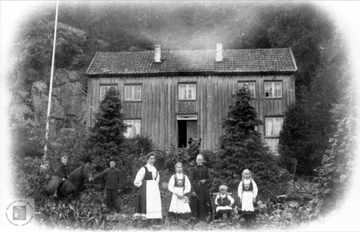 Familie gruppe på Fuglestveit, Øyslebø.