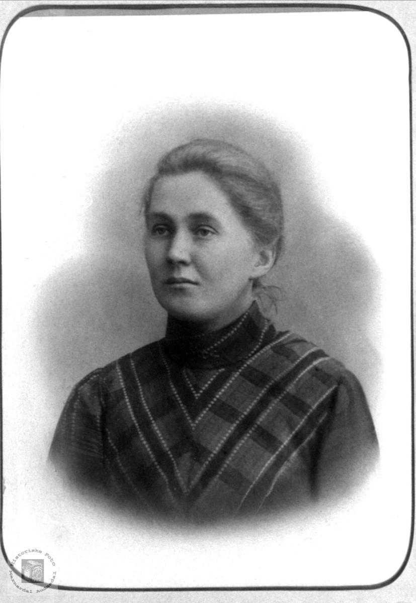 Portrett av Randi Kleveland f. Finsdal, Øyslebø.
